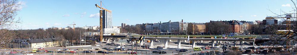 Norrtull under omdannelse i marts 2011.   Længst til venstre ses Stallmästaregården og i midten skyskraberen Wenner-Gren Center.   Viadukten for Värtabanan er under opførsel.