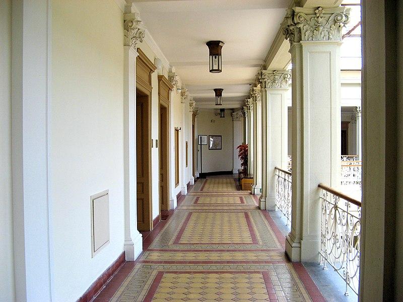 File:Nový zemský dům - chodba ve 4. podlaží.jpg