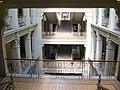 Nový zemský dům - schodiště v atriu.jpg