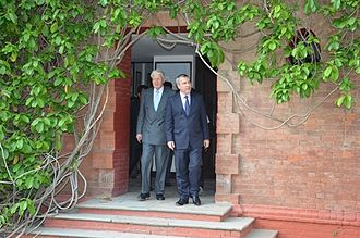 Ólafur Ragnar Grímsson - Ólafur Ragnar Grímsson during his visit to The Doon School in India, seen here with the school's headmaster Peter McLaughlin