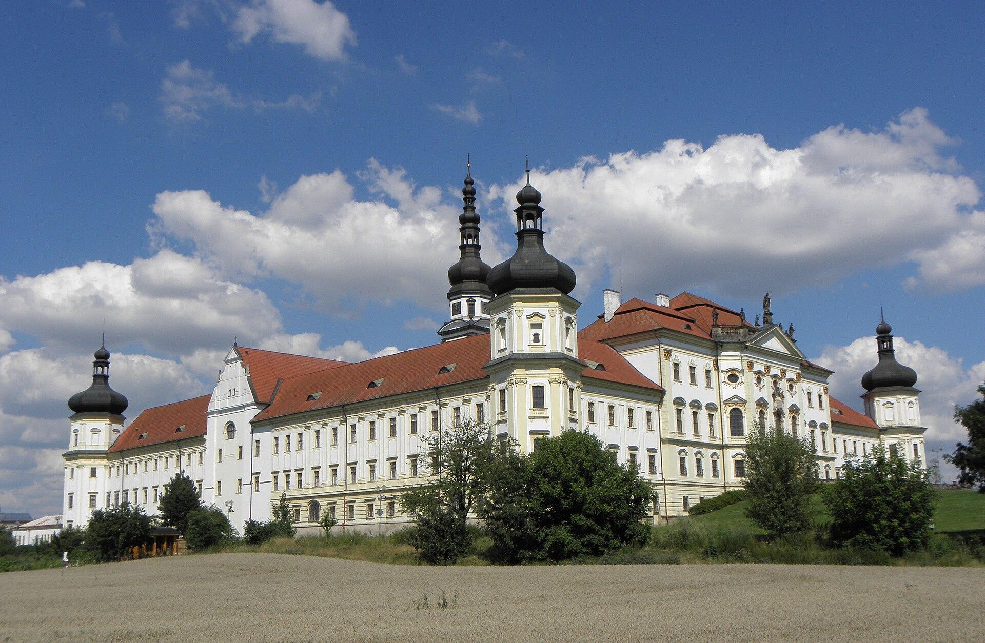 Pohled na klášter Hradisko od jihozápadu
