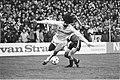 PSV tegen Feyenoord 1-1 Ruud Gullit in duel met PSV-er Heintze, Bestanddeelnr 932-9200.jpg