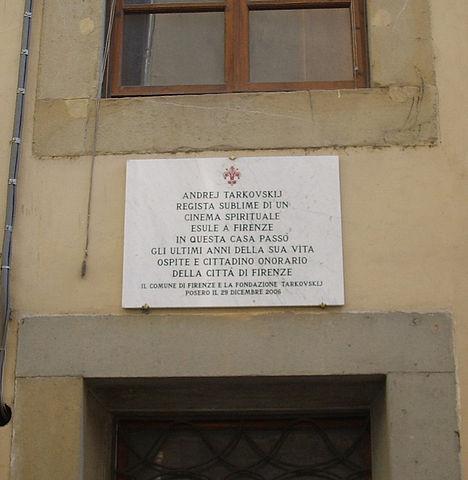 Мемориальная доска на доме на виа Сан Никколо, 91 во Флоренции, где жил А. Тарковский