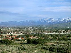 Palmdale, rigardante sudoriente direkte al la Antilopo Vala Aŭtovojo kaj la San Sankta Gabrielo-Montoj
