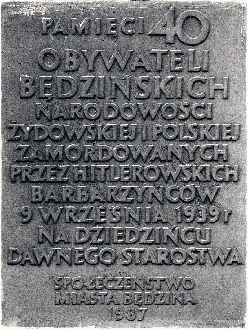 Pamięci 40 obywateli będzińskich narodowości żydowskiej i polskiej zamordowanych przez hitlerowskich barbarzyńców 9 września 1939 r na dziedzińcu dawnego starostwa Społeczeństwo miasta Będzin 1987.jpg