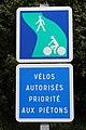 Panneaux Voie verte Vélos autorisés priorité piétons Grièges 1.jpg