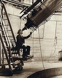 Percival Lowell, qui mentre osserva Venere di giorno, fu un grande osservatore di Marte e pubblicò i suoi lavori in tre libri dedicati al