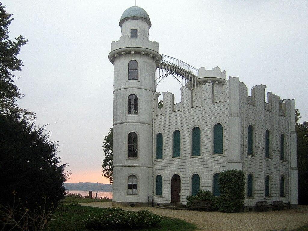 Pfaueninsel Schloss abends.jpg