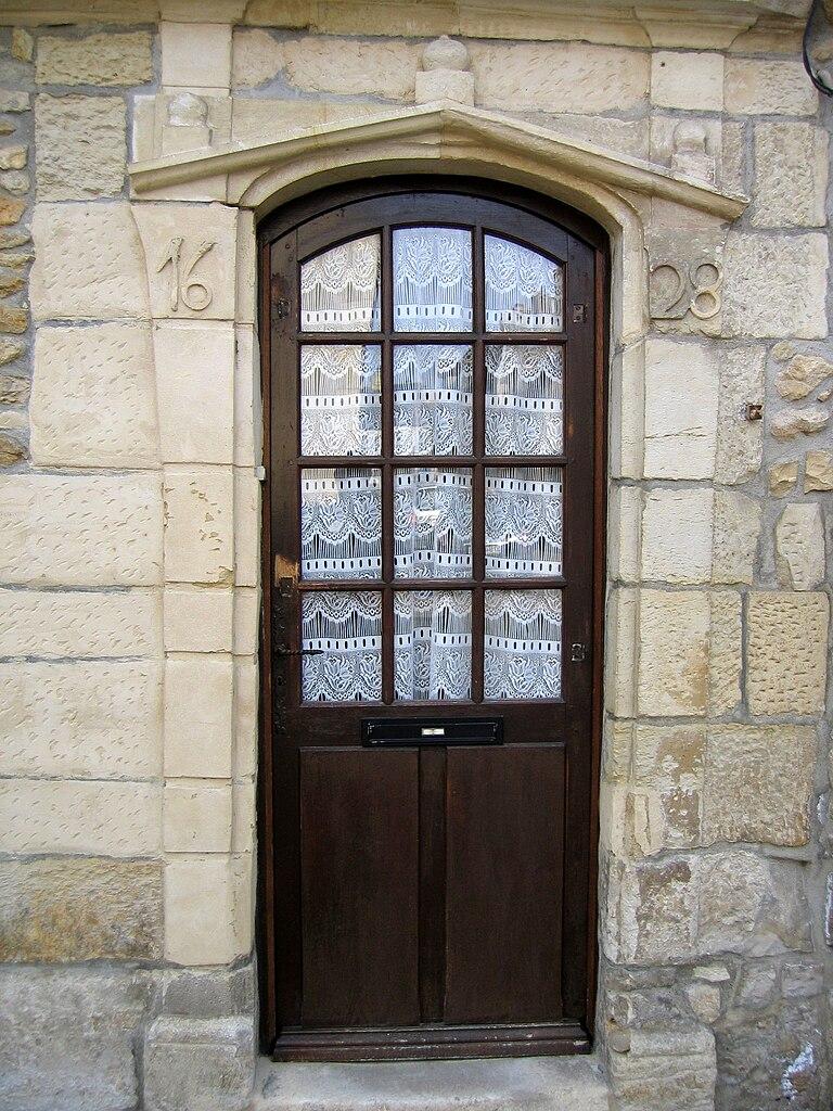 File:Porte d\'entrée d\'une maison de 1628 à Donzy.JPG - Wikimedia Commons