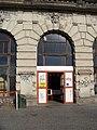 Praha hlavní nádraží, Fantova budova, z Wilsonovy ulice, vstup do chodby jižního křídla.jpg