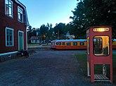 Fil:Rälsbussar vid Virserums station längs smalspåret Växjö-Västervik. Telefionkiosken i förgrunden har på senare år återmonterats på sin ursprungliga plats efter att ha varit borttagen i flera år.jpg
