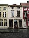 foto van Huis met gepleisterde lijstgevel, vensters segmentvormig overtoogd en met kuiven van stuc schilddak