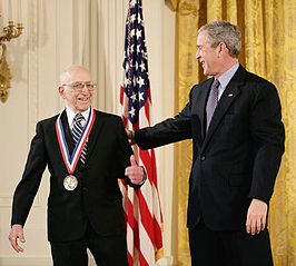 Ralph Baer (links) ontvangt de National Medal of Technology and Innovation van George W. Bush.