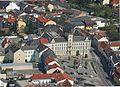 Rathaus Mistelbach mit Dreifaltigkeitssäule.jpg