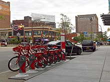 Fila di biciclette rosse a noleggio