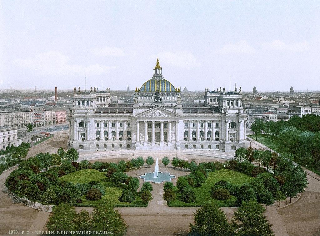 > Reichstag à Berlin en 1900. Le bâtiment est vraiment impressionnant, par sa taille et aussi par son élégance (la coupole en verre du toit sera conservée pendant la reconstruction).