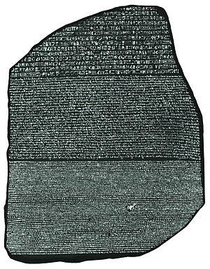 Una fotografía de la piedra Rosetta en blanco y negro y alto contraste, para permitir su lectura.