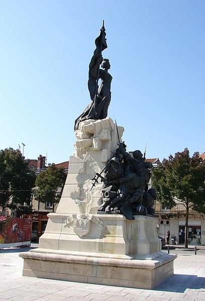 Le monument commémorant la résistance des Bragards (habitants de Saint-Dizier) pendant le siège de 1544, oeuvre de Carillon datée de 1904 et inaugurée en 1906, place Aristide Briand (en face de l'hôtel de ville) à Saint-Dizier.