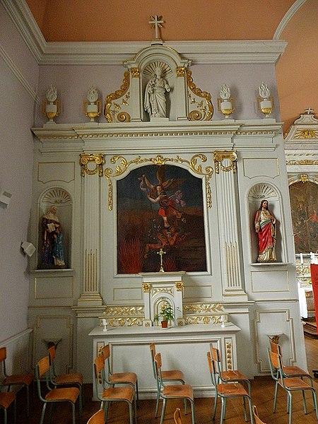 Intérieur de l'église Saint-Guinou, commune de Saint-Guinoux (35). Autel et retable nord.