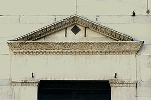 Sant'Alessandro, Lucca - The gable of the West portal