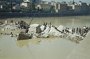 Ponte alle Grazie - Florentines crossing the rubble of the Ponte alle Grazie on August 14, 1944