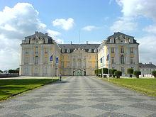 Schloss Augustusburg, Blick von Osten in den Ehrenhof (Quelle: Wikimedia)
