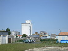Les Silos De Gémozac Font De Cette Petite Ville Un Important Centre  Du0027expédition Céréalière En Charente Maritime.