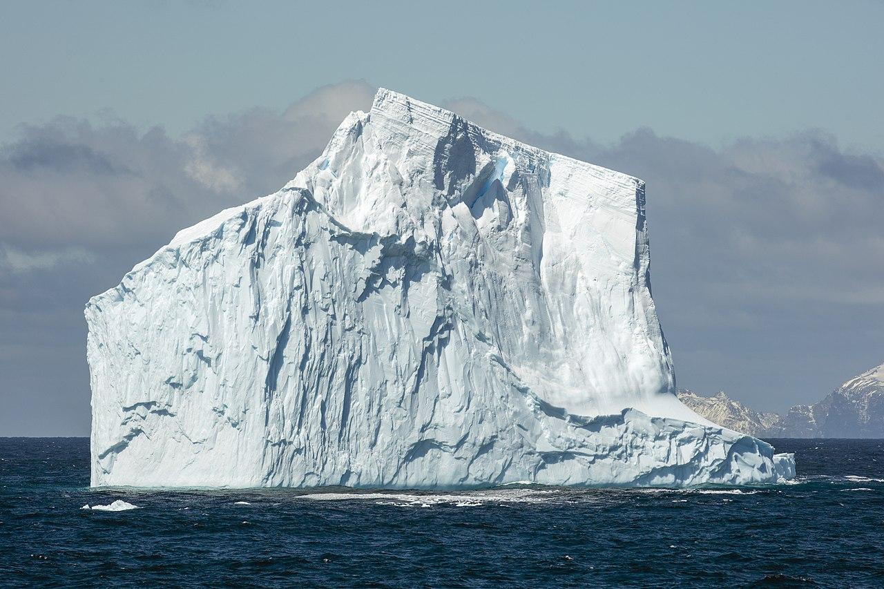 Iceberg no tabular, cerca de Elephant Island, en el Océano Antártico.