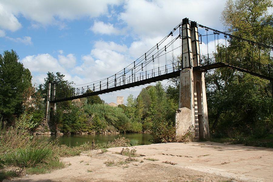 Saint-Thibéry (Hérault) - passerelle sur l'Hérault, menant au domaine de l'île. Construite en 1922 par Gaston Leinekugel. Elle franchit le fleuve 40 mètres au desuus.