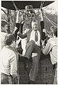 Staatssecretaris Joop van der Reijden klimt uit de mand na een ballonvaart t.g.v. het 35-jarig bestaan van C.I.O.S. op buitenplaats Duinlust.JPG
