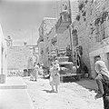 Straat in het dorp Ain Karem met twee moeders met elk een kind en verhuizers die, Bestanddeelnr 255-1197.jpg