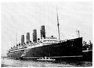 Turbinia - Turbinia alongside RMS Mauretania