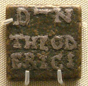 Theoderic the Great - Bronze weight, inlaid with silver, with the name of Theoderic, issued by prefect Catulinus in Rome, 493–526.