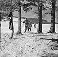 Tiroler Jägerbataillon met vaandrig Hans Klupper op oefening met rechts de 30 m, Bestanddeelnr 254-4391.jpg