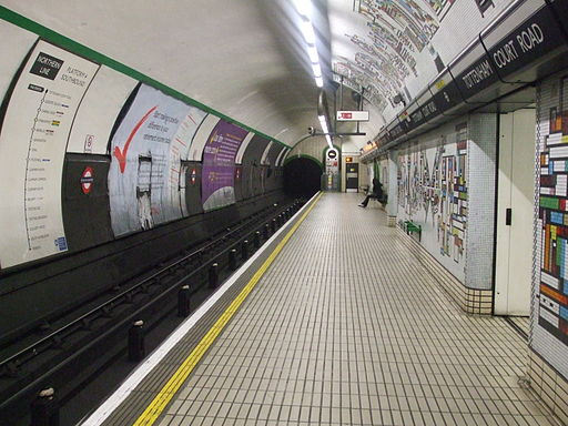 Tottenham Court Road stn Northern southbound look south