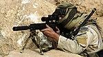 US Navy 070907-N-6477M-113 A U.S. Special Forces Soldier faras provludon, trejnadon kaj antaŭ-operacian formon sur la MK 12-kaŝpafistan rifle.jpg