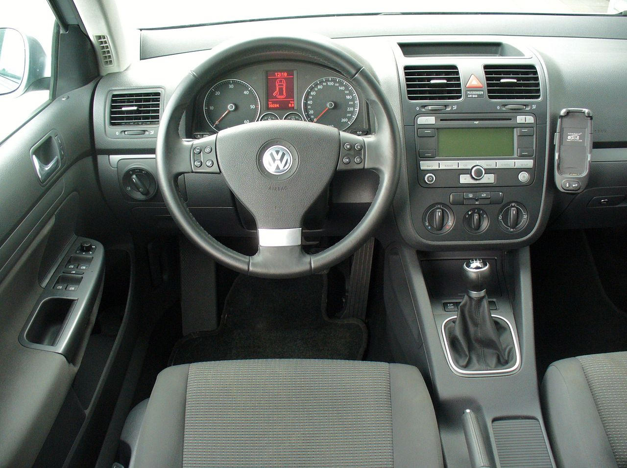 File vw golf v variant 1 9 tdi interieur jpg wikimedia for Interieur golf