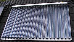 chauffe-eau solaire constitué de tubes sous vide positionnés au dessus d'un réflecteur