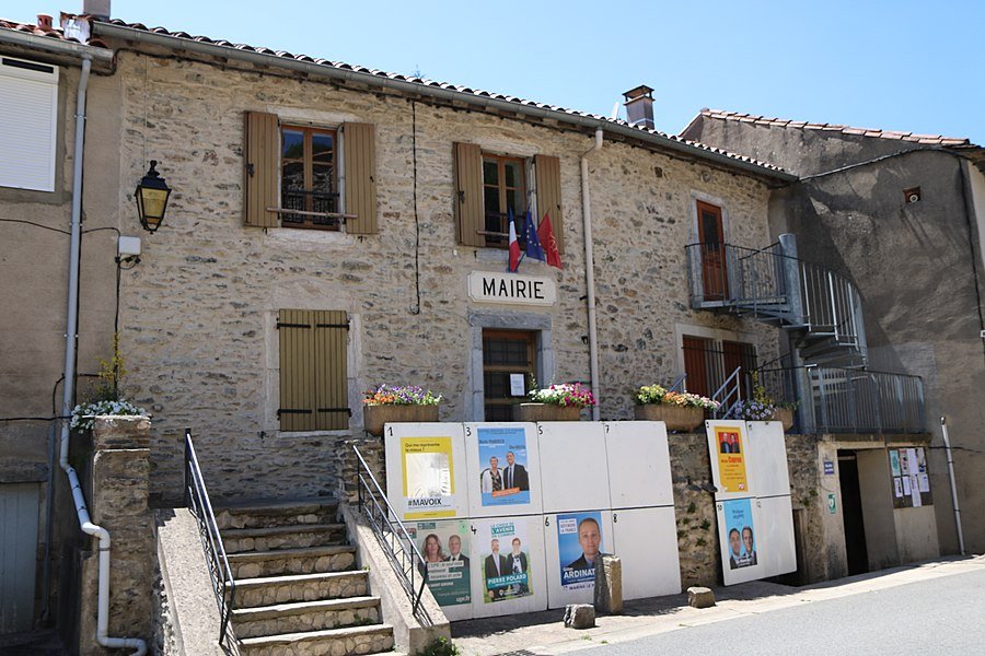 Verreries-de-Moussans (Hérault) - mairie (devant: panneaux électoraux pour les élections législatives du 11 June 2017)