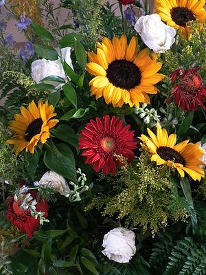 Deutsch: Verwelkendes Blumengesteck