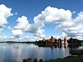 View across lake to Trakai castle (4956962740).jpg