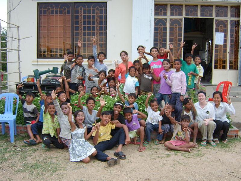File:Volunteer and children in bolivia.JPG