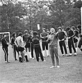 WK 74 training Uruguay in Duitsburg, trainer Porta, te midden van spelers, geba, Bestanddeelnr 927-2461.jpg