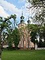 Widok na mur i kościół od strony ogrodu..JPG