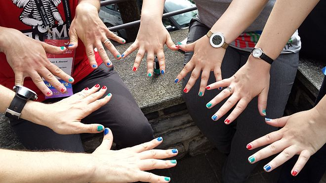Wikimania 2016: Wikipedians put on nail polish in the colors of Wikidata logo.