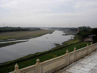 Obere Yamuna mit restlicher geringer Wasserführung, Terrasse des Taj Mahal