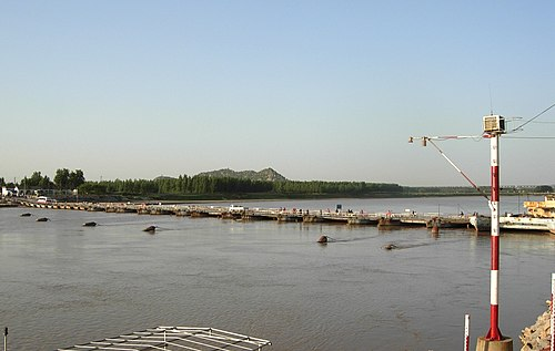 Yellow River with Que Hill in the background Yellow river pontoon bridge jinan 2008 05.jpg
