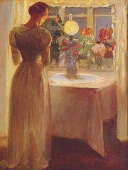 Ung pige foran en tændt lampe