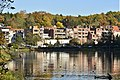 Zone urbaine entre étang et bois (22322488533).jpg