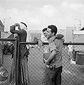 'Afhalers' wachten en turen vanachter een hek op de kade in de haven, Bestanddeelnr 255-2183.jpg